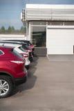 Le automobili sono parcheggiate in una fila Immagini Stock