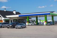 le automobili sono rifornite di carburante da benzina immagine stock libera da diritti