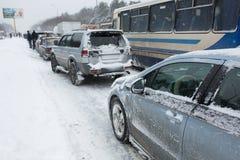 Le automobili sono su una strada nevosa in un ingorgo stradale Fotografia Stock Libera da Diritti