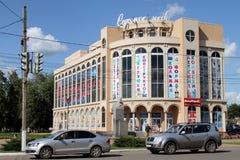 Le automobili stanno ad un semaforo nella città di Borisoglebsk del Fotografia Stock