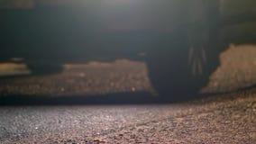 Le automobili stanno guidando attraverso l'asfalto alla notte Fari di abbagliamento video d archivio