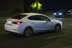 Le automobili vanno sulla città di notte Immagini Stock Libere da Diritti