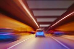 Le automobili vanno in tunnel acceso Immagini Stock