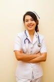 Le av den thailändska sjuksköterskan Arkivbilder