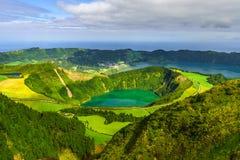 Le Azzorre, Portogallo Bella vista del lago vulcanico dalle montagne su San Miguel Island fotografie stock