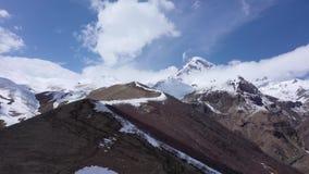 Le bâti Kazbek, est l'une des montagnes principales du Caucase banque de vidéos
