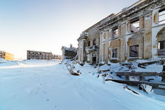 Le bâtiment à deux étages abandonné Image stock