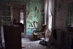 Le bâtiment abandonné avec n'écrivent pas des signes Photo stock