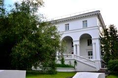 Le bâtiment blanc dans l'ENEA de parc Photographie stock libre de droits