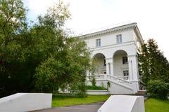 Le bâtiment blanc dans l'ENEA de parc Photo libre de droits