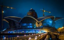 Le bâtiment caspien de Bakou de mail de bord de mer la nuit images stock