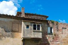 Le bâtiment dégradé, le toit de salle de bains s'est effondré Photos libres de droits