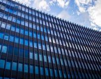 Le bâtiment d'affaires à Berlin du centre, Allemagne tirent dans une lumière du jour dans des couleurs froides photographie stock libre de droits