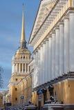 Le bâtiment d'Amirauté dans le matin d'hiver, St Petersburg, Russie Photographie stock libre de droits
