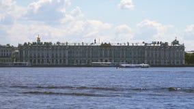 Le bâtiment d'ermitage sur les banques du Neva banque de vidéos