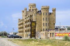 Le bâtiment d'hôtel, couvert de pierre décorative Hôtel à plusiers étages avec un équilibre décoratif, qui s'appelle la pierre de Photographie stock