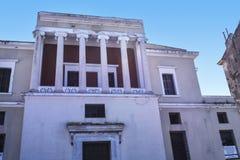 Le bâtiment dans la région de port de Corfou dans la ville principale fait bon accueil à des revêtements de croisière Image libre de droits