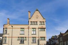 Le bâtiment dans la rue a appelé Visbrug, dans Dordrecht, les Pays-Bas photographie stock libre de droits