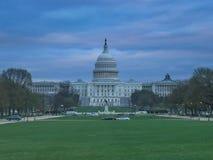Le bâtiment de capitol une nuit nuageuse à Washington photographie stock libre de droits