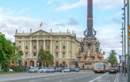 Le bâtiment de Columbus Monument et d'armée à Barcelone côtière photo stock