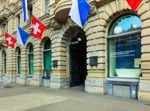 Le bâtiment de Credit Suisse sur la place de Paradeplatz à Zurich a décoré des drapeaux photo libre de droits