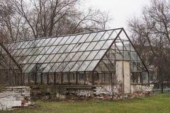 Le bâtiment de deux a abandonné et a détruit les serres chaudes en verre image libre de droits