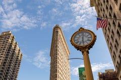Le bâtiment de fer à repasser avec la 5ème horloge de bâtiment d'avenue à Manhattan à New York, NY Photos stock
