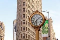 Le bâtiment de fer à repasser avec la 5ème horloge de bâtiment d'avenue à Manhattan à New York, NY Photos libres de droits