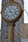 Le bâtiment de fer à repasser avec la 5ème horloge de bâtiment d'avenue à New York Photos stock