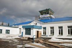 Le bâtiment de l'aéroport Ust-Kut en avril Images stock