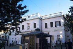 Le bâtiment de Mackintosh sur le rocher de Gibraltar à l'entrée vers la mer Méditerranée Photographie stock