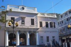 Le bâtiment de Mackintosh sur le rocher de Gibraltar à l'entrée vers la mer Méditerranée Image libre de droits