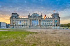 Le bâtiment de Reichstag au coucher du soleil à Berlin, Allemagne photographie stock libre de droits