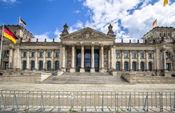 Le bâtiment de Reichstag et les drapeaux allemands, Berlin Image stock