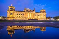 Le bâtiment de Reichstag la nuit à Berlin, Allemagne photographie stock libre de droits