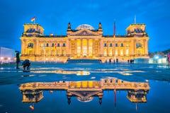 Le bâtiment de Reichstag la nuit à Berlin, Allemagne photo libre de droits