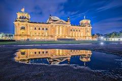 Le bâtiment de Reichstag la nuit à Berlin, Allemagne photos stock