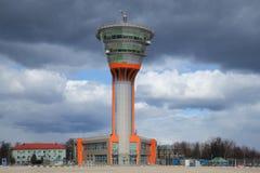 Le bâtiment de tour de contrôle (KDP) à l'aéroport international de Sheremetyevo sous un ciel nuageux moscou Image libre de droits