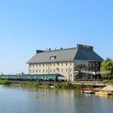 Le bâtiment du centre de divertissement de Parc-hôtel-Uyut sur le lac dans la ville de Slavyansk-sur-Kuban image libre de droits
