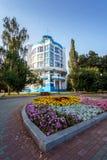 Le bâtiment du centre pour Dinamo à Iekaterinbourg au milieu d'été photo libre de droits