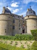 Le bâtiment du château de Lavaux-Saint-Anne, de la Belgique et de partie des jardins contre un ciel nuageux images libres de droits
