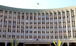Le bâtiment du conseil municipal et de l'administration de Dniepr Dnipro, Dniepropetovsk a décoré des drapeaux de l'Ukrainien photos libres de droits