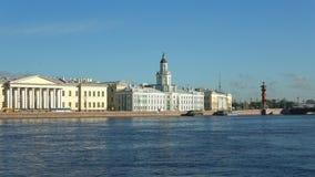 Le bâtiment du Kunstkamera l'été Neva St Petersburg banque de vidéos