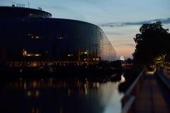 Le bâtiment du Parlement européen reflété dans la défectuosité les déchirent Photographie stock libre de droits