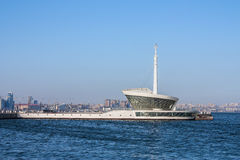 Le bâtiment du phare dans Baku Bay à l'entrée au port maritime Images libres de droits