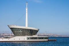Le bâtiment du phare dans Baku Bay à l'entrée au port maritime Photo libre de droits