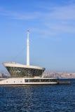 Le bâtiment du phare dans Baku Bay à l'entrée au port maritime Photos stock