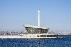 Le bâtiment du phare dans Baku Bay à l'entrée au port maritime Image stock