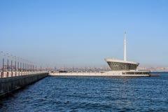 Le bâtiment du phare dans Baku Bay à l'entrée au port maritime Photo stock
