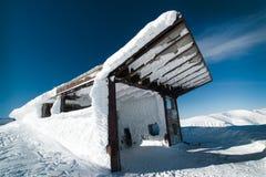 Le bâtiment du remonte-pente dans la neige Image stock